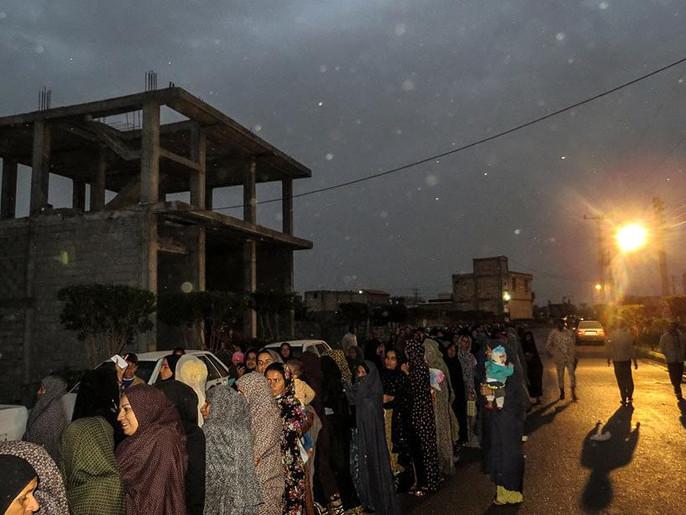 صف طولانی مردم در بیمارستان صحرایی سپاه در هشت بندی