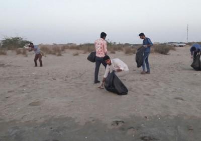 پاکسازی ساحل محله مقسا توسط هنرمندان اداره فرهنگ و ارشاد اسلامی شهرستان جاسک