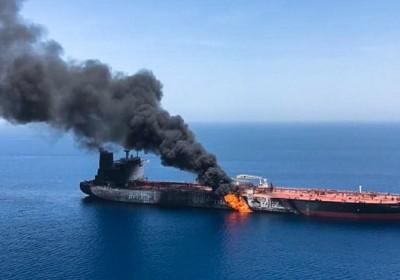 گاردین: حمله به دو نفتکش در دریای عمان اتفاقی شوم است؛ آیا ایران و آمریکا در مسیر برخورد قرار گرفته اند؟ / آتش سوزی در نفتکش ها می تواند تبدیل به حریقی بزرگی در خاورمیانه شود