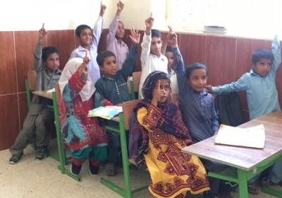 خوشحالی کودکان دبستانی وشنام چابهار ازحضور خیران در روستای وشنام
