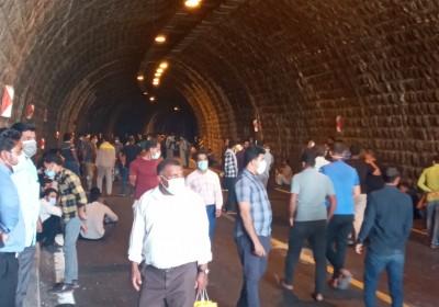 تونل منوجان در مسیر جاده اصلی بندرعباس-جنوب کرمان-سیستان بلوچستان همچنان مسدود است
